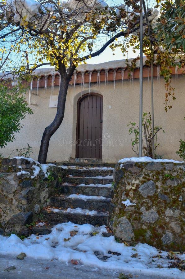 A vila de Kakopetria em Chipre sob a neve foto de stock royalty free