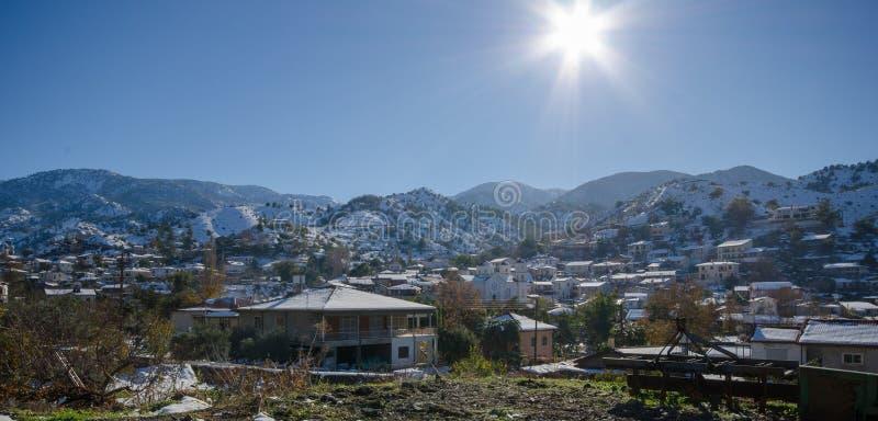 A vila de Kakopetria em Chipre sob a neve fotos de stock