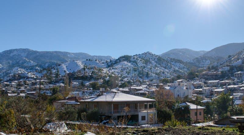 A vila de Kakopetria em Chipre sob a neve imagem de stock royalty free