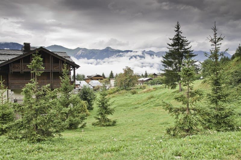A vila de Le Praz, perto do Vanoise NP fotografia de stock