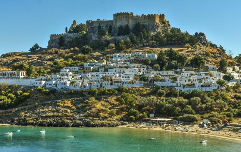Vila de Lindos e a foto infinita do Mar Egeu tomada do monte do túmulo de Kleovoulos fotografia de stock