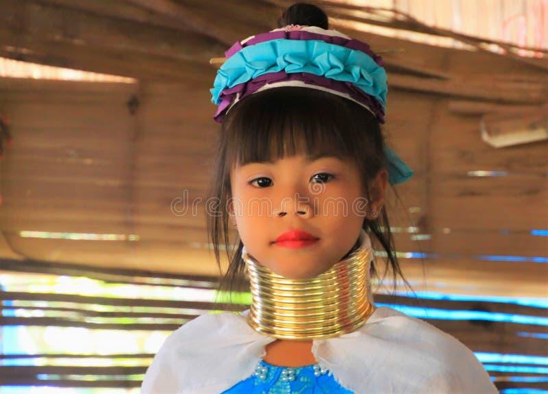 VILA DE LONGNECK KAREN, TAILÂNDIA - 17 DE DEZEMBRO 2017: Retrato ascendente próximo da menina longa do pescoço com anéis do pesco imagens de stock royalty free
