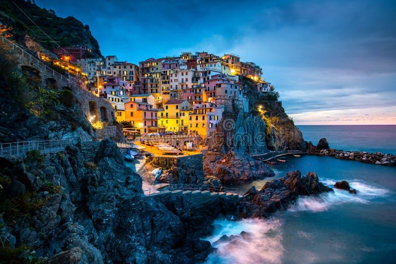 Vila de Manarola, Cinque Terre Coast de Itália Manarola uma cidade pequena bonita na província do La Spezia, Liguria, ao norte de fotos de stock royalty free