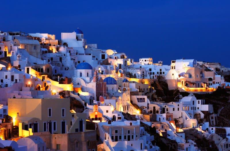 A vila de Oia no crepúsculo foto de stock royalty free