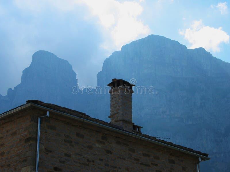 Vila de Papingo sob a região Grécia de Epirus do pico de Astraka imagens de stock