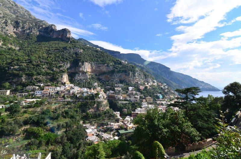 A vila de Positano ao longo da costa de Amalfi imagem de stock