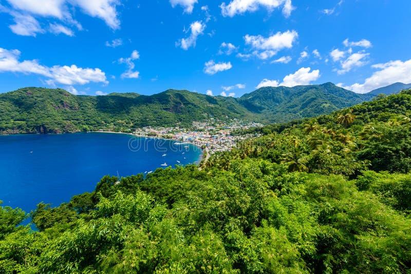 Vila de Soufriere - costa tropical na ilha das Caraíbas de St Lucia ? um destino do para?so com uma praia branca da areia e foto de stock