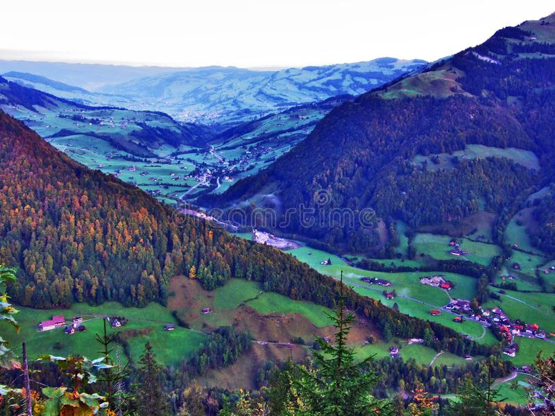 Vila de Starkenbach na região de Toggenburg e no Thur River Valley imagens de stock royalty free