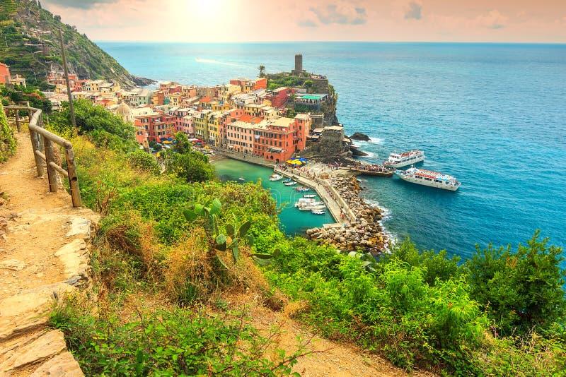 Vila de Vernazza e nascer do sol fantástico, Cinque Terre, Itália, Europa fotos de stock royalty free