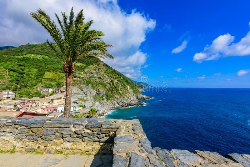 Vila de Vernazza em Cinque Terre National Park - vista do castelo à costa bonita e vila de Luguria, Itália foto de stock royalty free