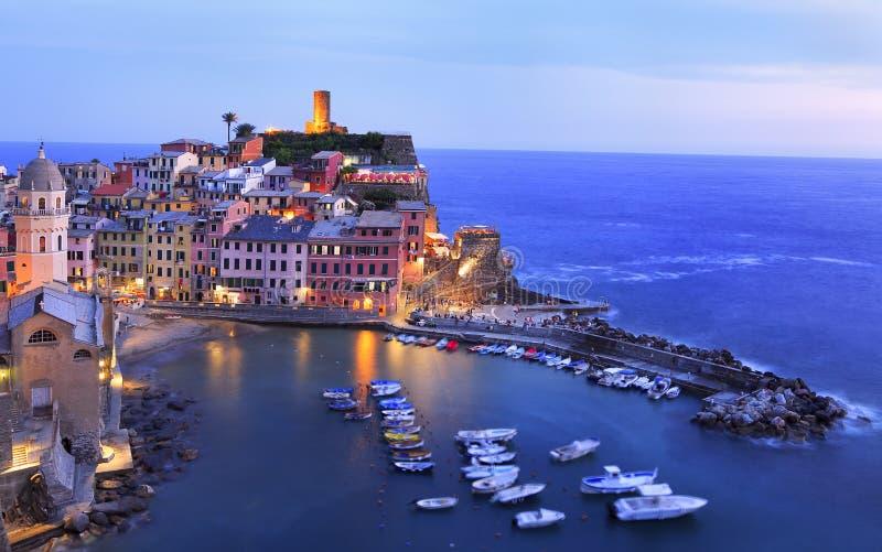 Vila de Vernazza iluminada no crepúsculo na costa mediterrânea, Cinque Terre imagem de stock