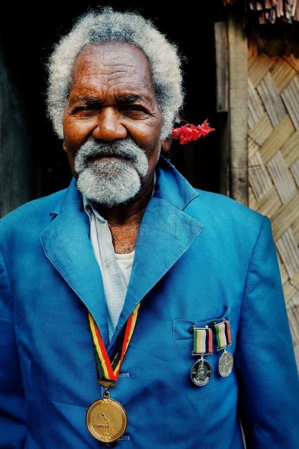Vila de Walarano, ilha de Malekula/Vanuatu - 9 DE JULHO DE 2016: homem superior local do lutador da independência durante a celeb fotografia de stock royalty free