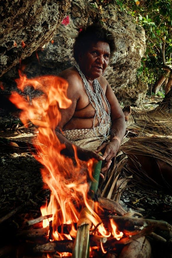 Vila de Walarano, ilha de Malekula/Vanuatu - 9 DE JULHO DE 2016: mulher tribal local que cozinha o alimento tradicional do laplap fotos de stock
