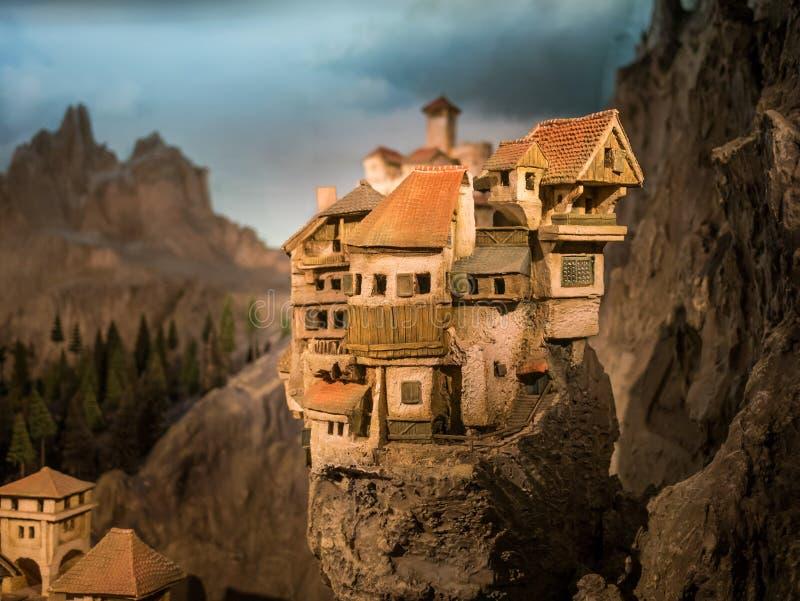 Vila diminuta no monte da rocha foto de stock