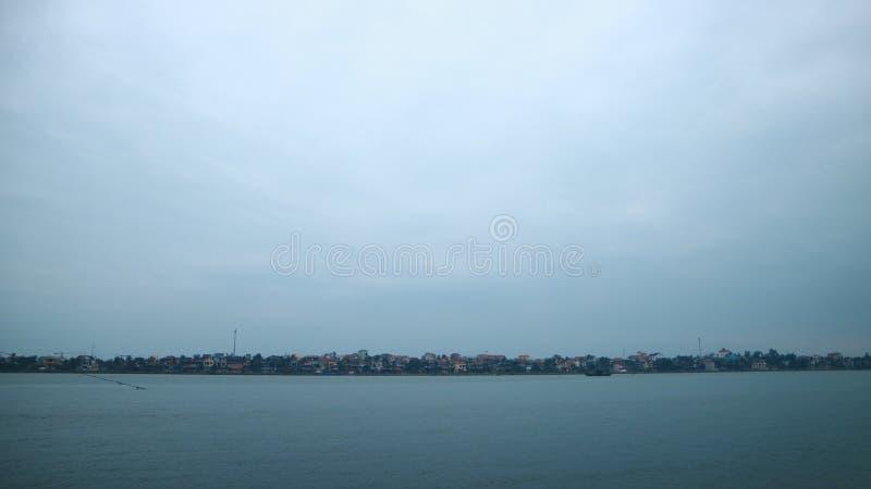 Vila do beira-rio e o céu azul foto de stock