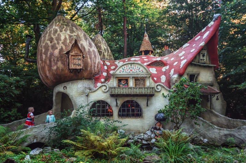 A vila do gnomo com as casas do cogumelo no conto de fadas dianteiro fotos de stock