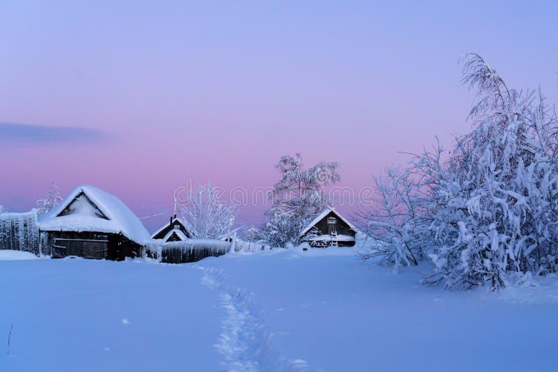 Vila do inverno no por do sol imagens de stock