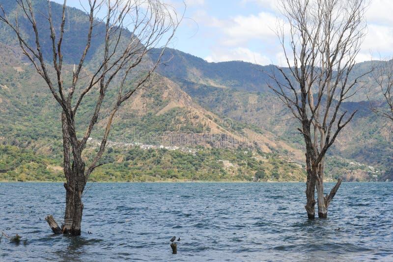 A vila do la laguna de San Pablo no la laguna de Atitlan do lago sobre fotos de stock royalty free