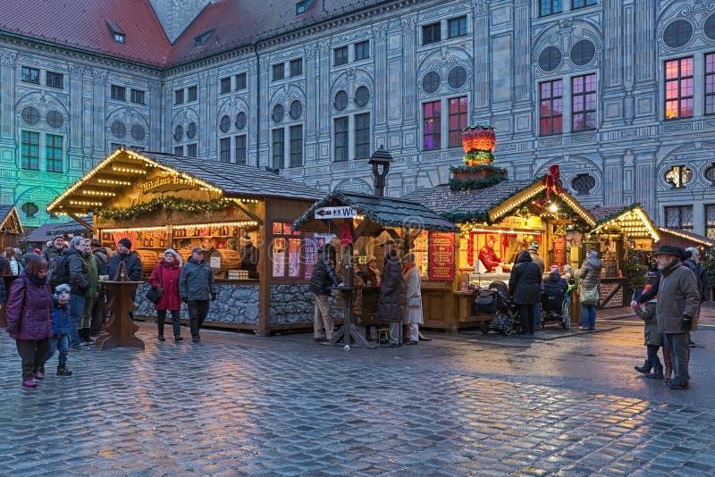 Vila do Natal no Munich Residenz na noite, Alemanha foto de stock royalty free