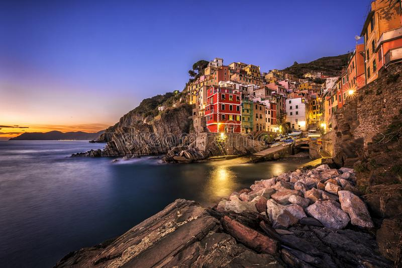 Vila do pescador de Riomaggiore no por do sol Cinco terras & x28; Cinque Terre & x29; , Liguria, Itália foto de stock royalty free