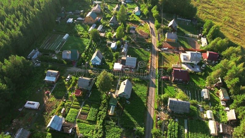 Vila do verão do russo com casas de madeira Voo sobre telhados Florestas sempre-verdes e pântanos de Carélia do norte, Rússia imagem de stock royalty free