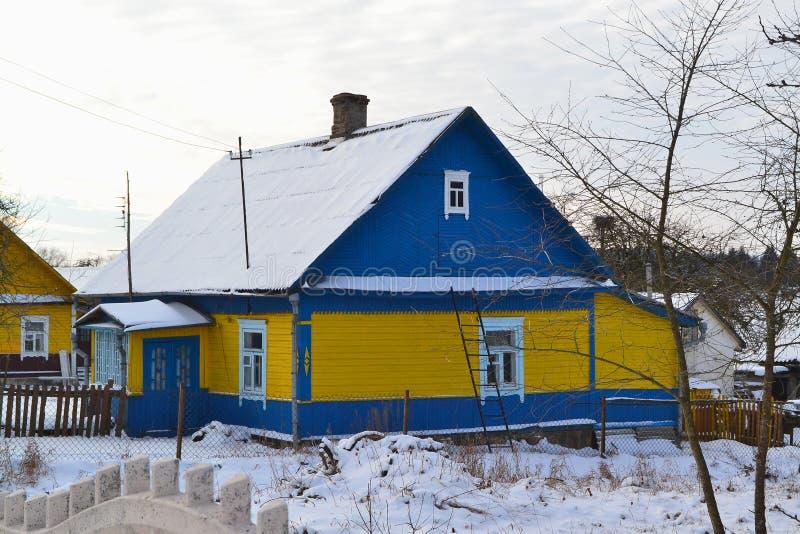 Vila do vintage de Bielorrússia Vila rústica do russain Exterior azul e amarelo da casa, textura da prancha imagens de stock