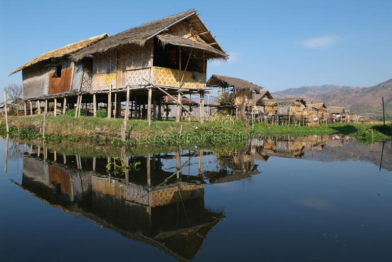 A vila dos stilts de Maing Thauk no lago Inle foto de stock