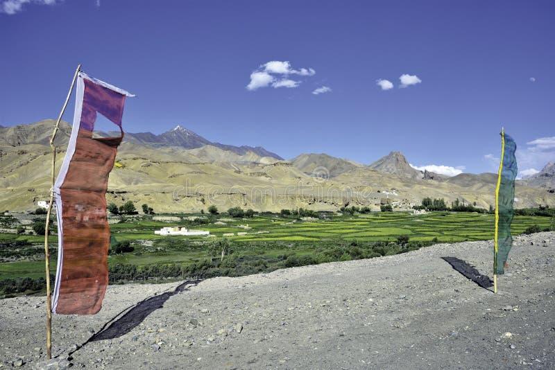 Vila e bandeiras de Bodhkharbu na borda da estrada na estrada de Srinagar-Leh fotografia de stock