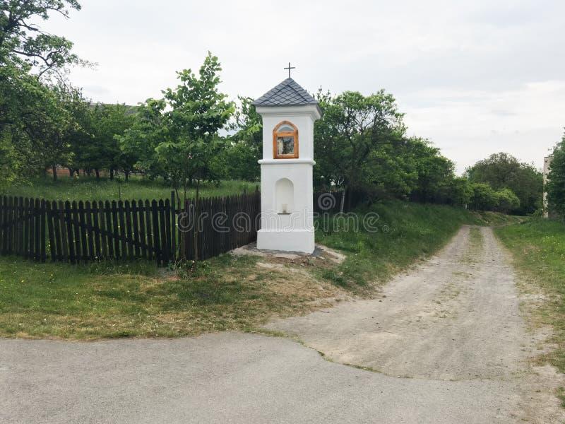 Vila e campo checos autênticos com capela imagens de stock