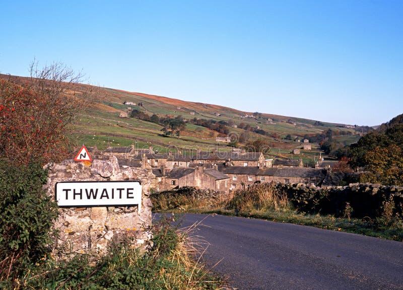 Vila e campo, Thwaite, vales de Yorkshire. imagem de stock royalty free