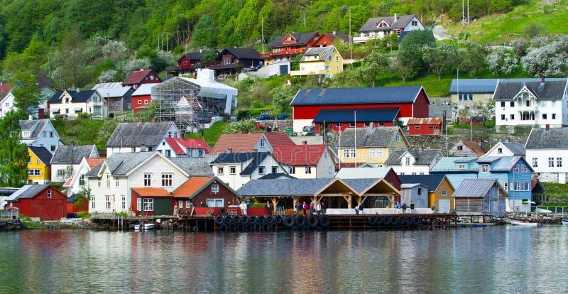 Vila e mar no fiorde de Geiranger, Noruega fotos de stock