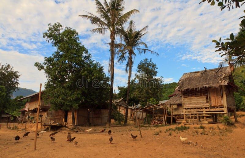 A vila e a montanha perto de Muang cantam, Laos foto de stock