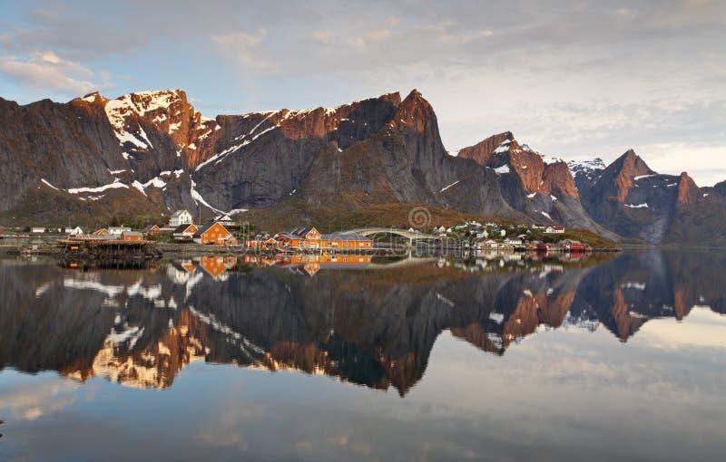 Vila em Noruega com casa, Lofoten, Reine foto de stock royalty free