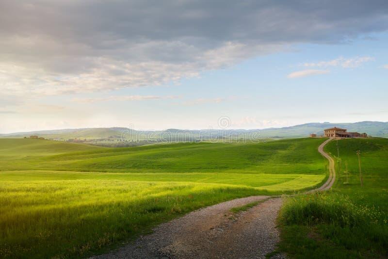 Vila em Toscânia; Paisagem do campo de Itália com rol de Toscânia foto de stock royalty free