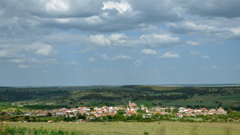 Vila espanhola típica do campo com céu nebuloso fotos de stock royalty free