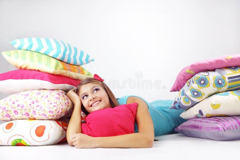 vila för flickakuddar arkivfoto