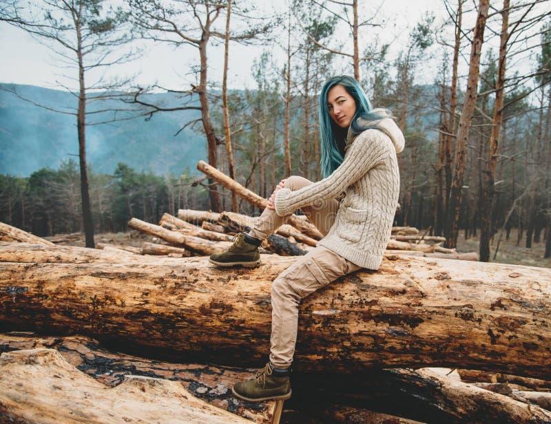 vila för skogflicka fotografering för bildbyråer