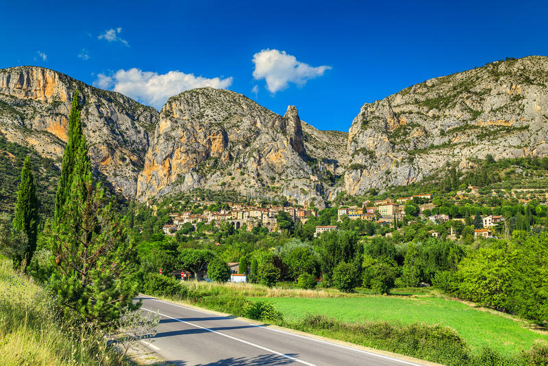 Vila famosa na região de Provence, França de Moustiers Sainte Marie, Europa fotos de stock