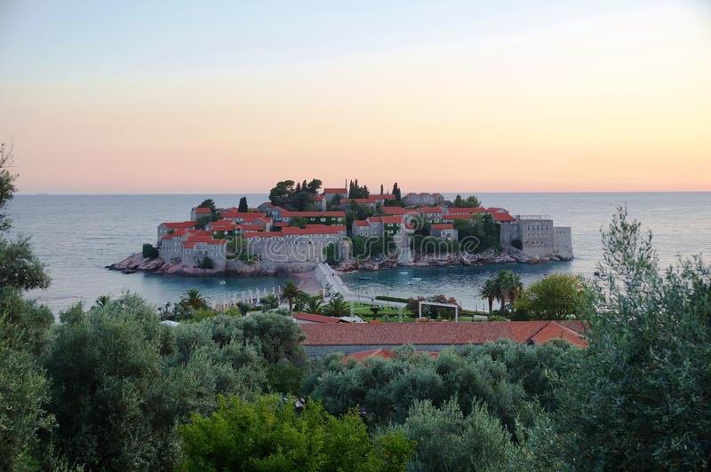 A vila fortificada Stefan de Sveti em Montenegro fotos de stock