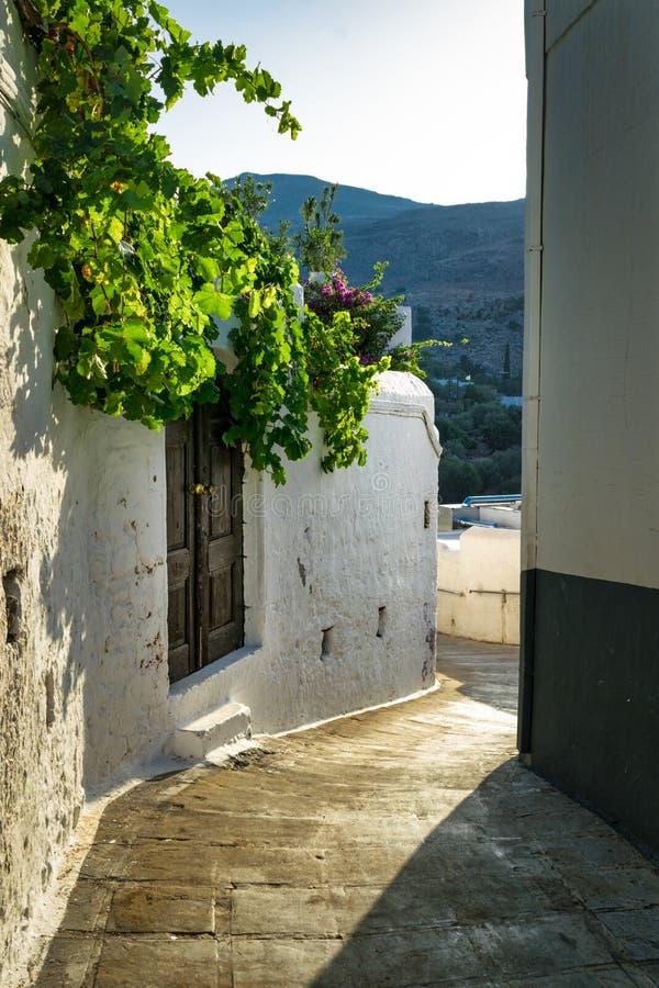 Vila grega que curva a estrada fotografia de stock royalty free