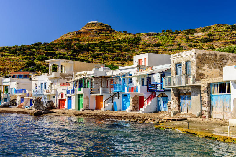 Vila grega tradicional pelo mar foto de stock