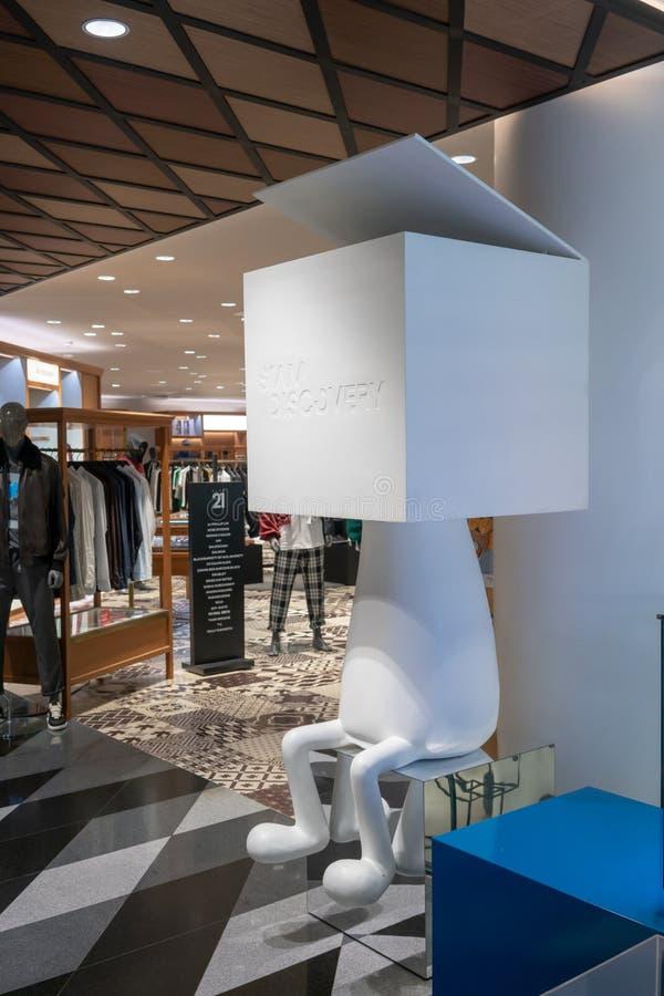 Vila hörninre i klädavdelning på Siam Discovery royaltyfria bilder
