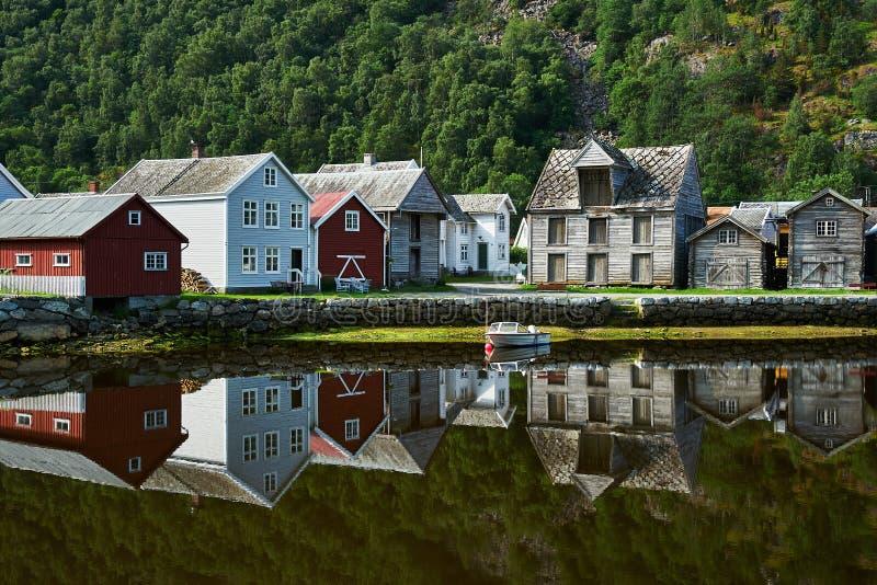 Vila histórica de Laerdal Noruega da linha costeira fotos de stock royalty free