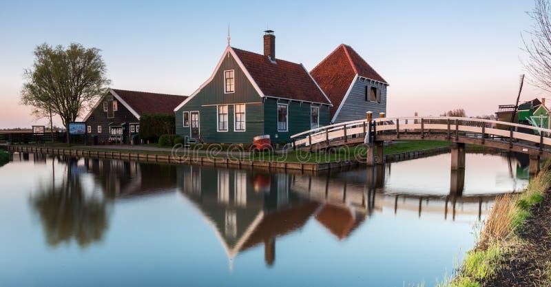 Vila holandesa histórica de Zaanse Schaans no por do sol fotos de stock royalty free