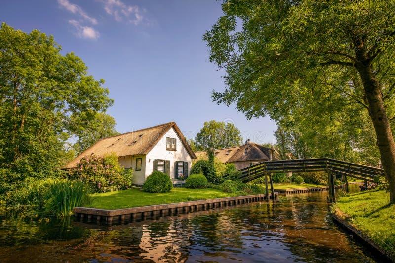 Vila holandesa popular de Giethoorn em Países Baixos foto de stock