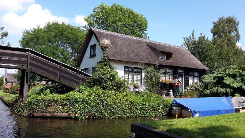 Vila holandesa típica, Giethoorn em Países Baixos imagem de stock