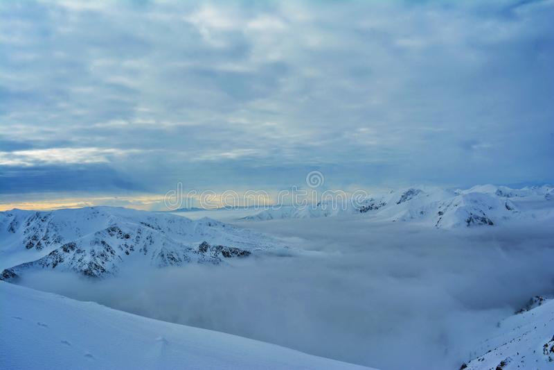 vila i bergen av snön royaltyfri foto