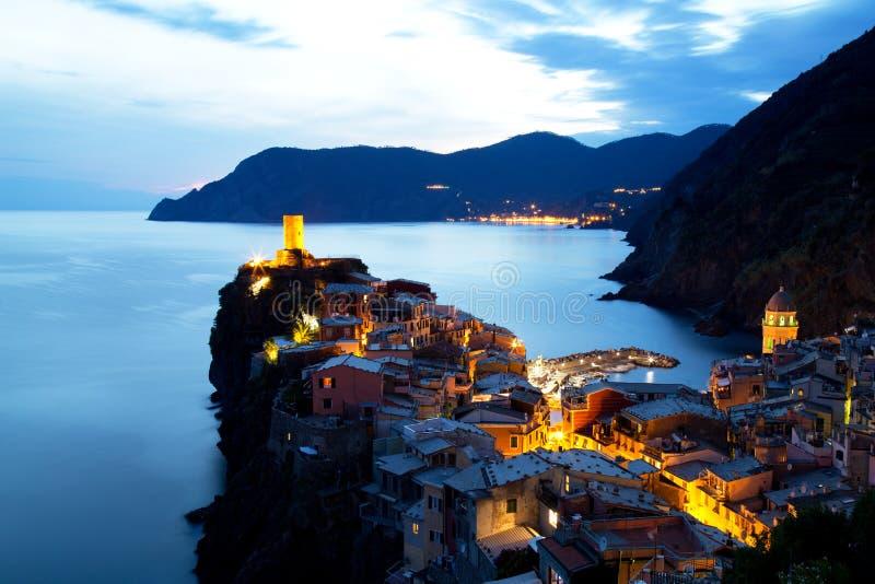 Vila iluminada no crepúsculo, Cinque Terre de Vernazza fotografia de stock royalty free