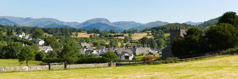 Vila inglesa bonita do país do distrito Cumbria Reino Unido do lago Hawkshead no verão com panorama da igreja do céu azul fotografia de stock royalty free