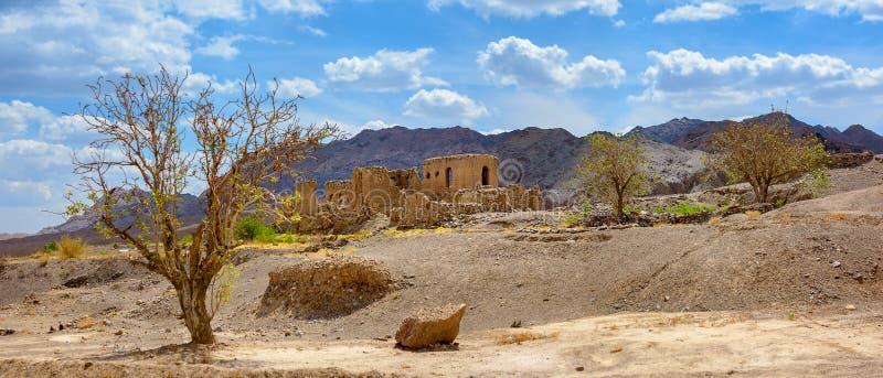 A vila iraniana abandonada velha situada na parte central do país fotos de stock royalty free